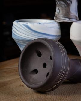 Une partie de la conception moderne de narguilé sur un fond