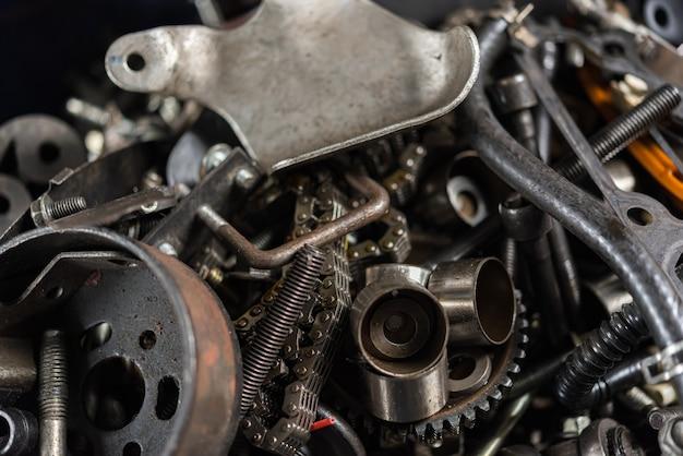 Partie du vieux véhicule de moteur de voiture démontée au garage