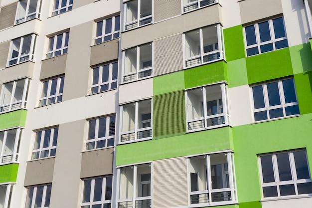 Une partie de la façade avec windows d'une nouvelle maison aux murs vert-gris
