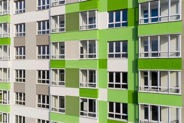 Une partie de la façade avec windows de la nouvelle maison