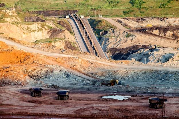 Partie d'une fosse avec un gros camion minier