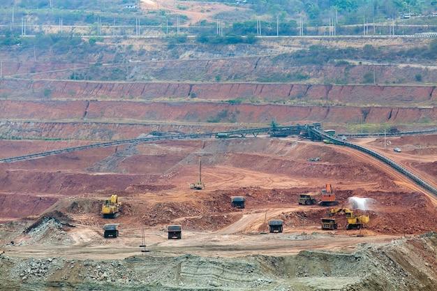 Partie d'une fosse avec un gros travail de camion minier