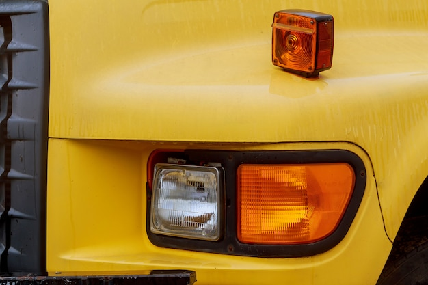 Partie frontale d'un camion semi en stationnement