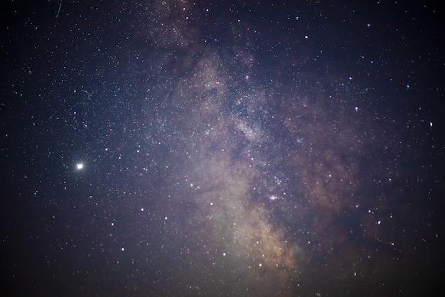 Une partie de la galaxie de la voie lactée dans le ciel nocturne. paysage du ciel étoilé.