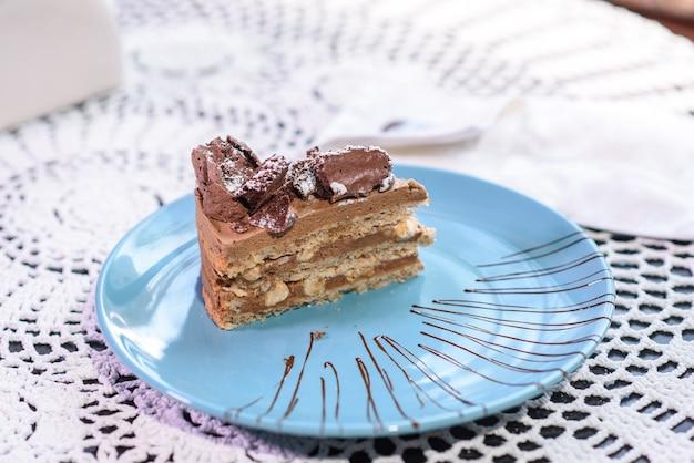 Partie de gâteau de kiev dans une assiette bleue