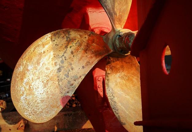 Partie inférieure de la poupe et de l'hélice d'un bateau de pêche dans un chantier naval pour l'entretien.