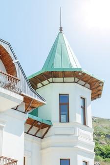 Une partie de la maison, le toit en forme de cône