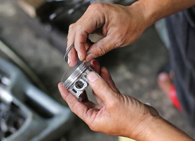 Partie d'un moteur de moto en réparation des dégâts