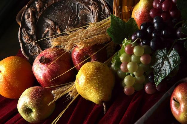 Partie d'une nature morte de fruits mûrs, arrosée d'eau.
