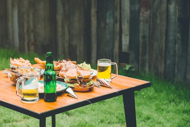 Partie de nourriture table graden appréciant la fête à la maison sur la maison de jardin