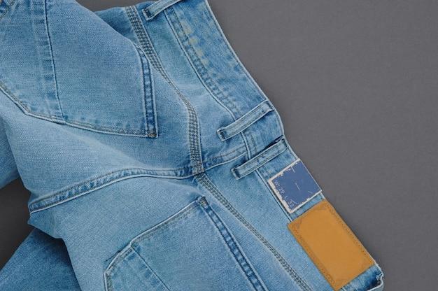 Partie d'un pantalon en jean avec poches arrière et étiquette, gros plan