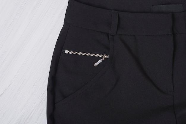 Partie d'un pantalon noir. concept à la mode