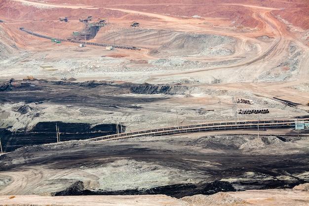Partie d'un puits avec un gros camion minier travaillant