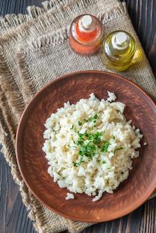 Partie de risotto sur la table en bois