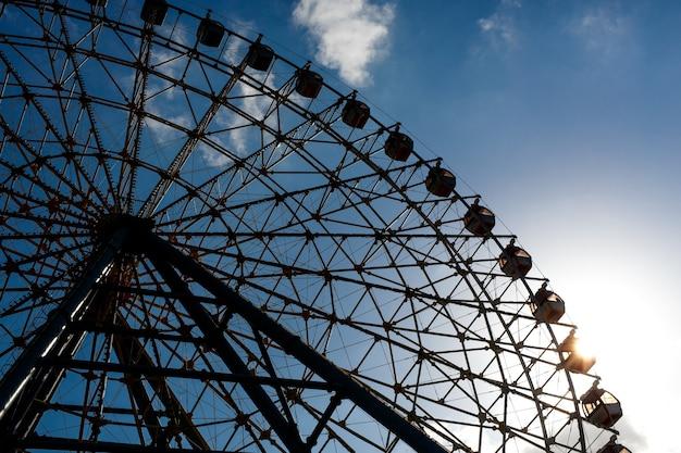 Partie de la silhouette de la grande roue pendant le coucher du soleil