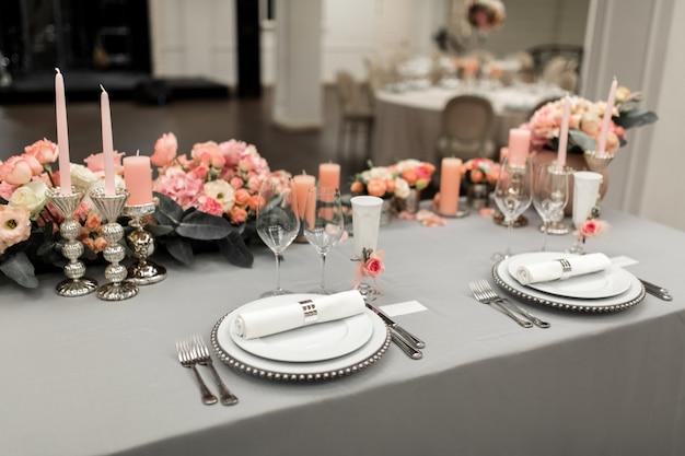 Partie de la table élégante avec assiette et couverts
