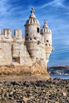 Une partie de la tour de belem en soirée. lisbonne, portugal.
