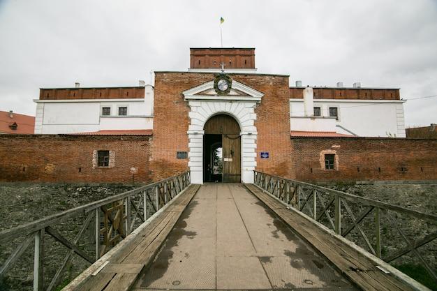 Une partie des travaux de fortification du château de dubno. ukraine