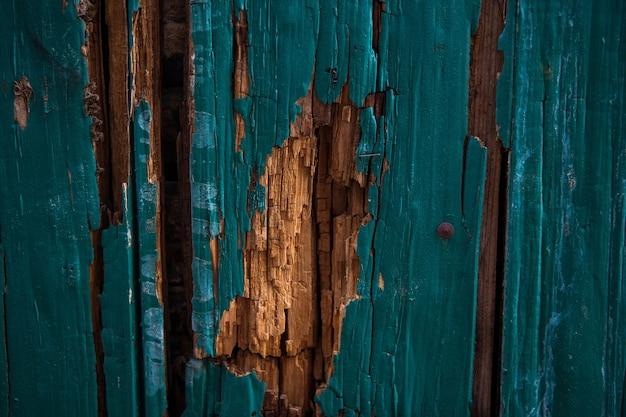 Une partie de la vieille porte en bois vert peinture peinte