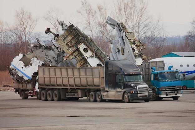 Parties d'un jet démonté chargé dans un camion