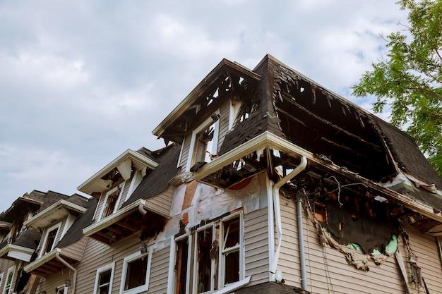 Parties de la maison après avoir brûlé.
