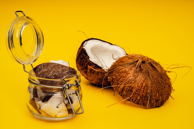 Parties de noix de coco. fermer. noix de coco mûre fraîche cassée en morceaux.