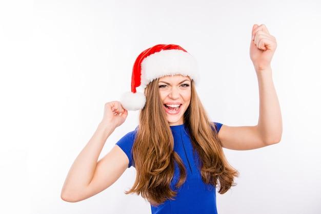 Party girl danse dans le chapeau rouge du nouvel an