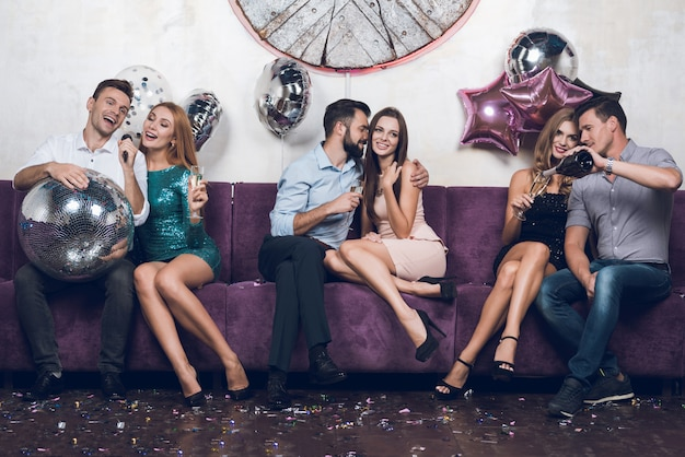 Party nightclub time. les gens se reposent en couples.