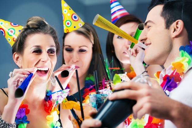 Party people in bar célébrant le carnaval