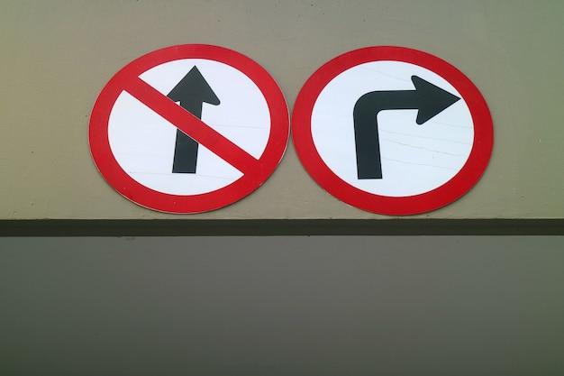 Pas d'entrée et tourner à droite seulement panneau de signalisation sur le parking