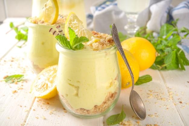 Pas de gâteau au fromage au citron fait maison à la menthe dans de petits pots vintage