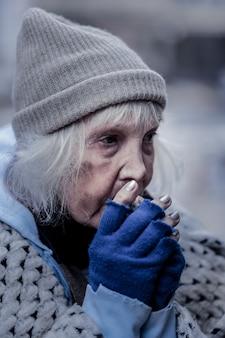 Pas de maison. triste pauvre femme étant à l'extérieur en hiver sans avoir de maison