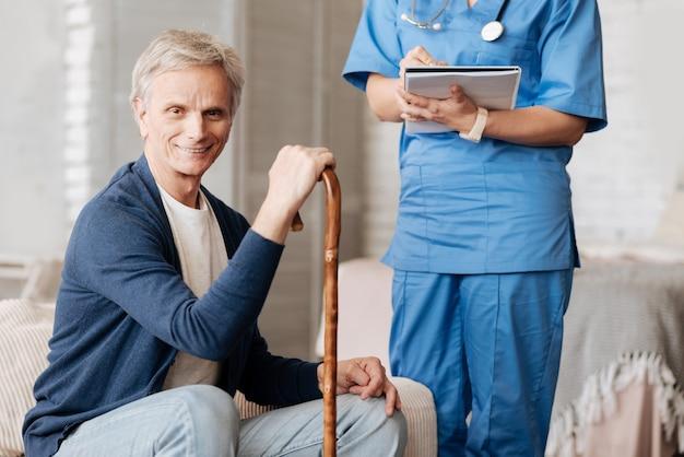 Pas même quitter la maison. un charmant homme âgé et faible demandant à son thérapeute de lui rendre visite à la maison et d'effectuer un examen de sa santé