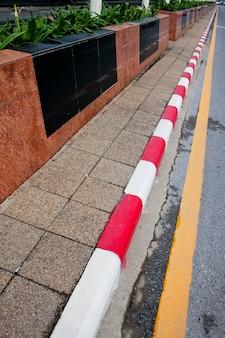 Pas de panneaux de stationnement et un sentier en thaïlande