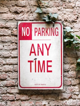 Pas de parking à tout moment signe sur un mur