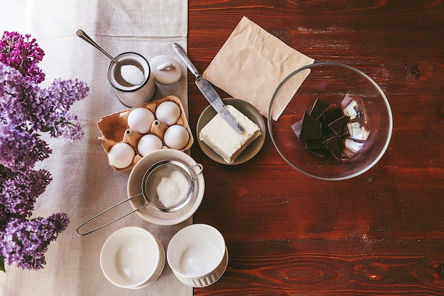 Pas à pas, le chef prépare un dessert - fondant au chocolat. recette classique.
