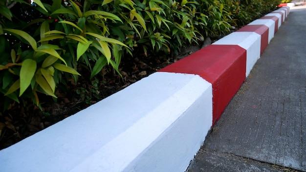 Pas de peinture de stationnement rouge et blanc