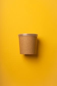 Pas de verres en plastique pour la livraison sur fond jaune