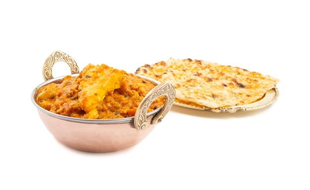 Pasanda paneer doux et épicé de cuisine indienne servi avec naan à l'ail sur fond blanc