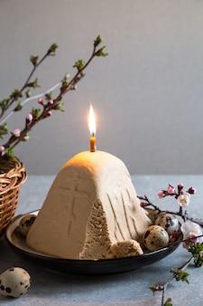 Paskha et kulich, caillebotte de dessert au fromage blanc orthodoxe de pâques.