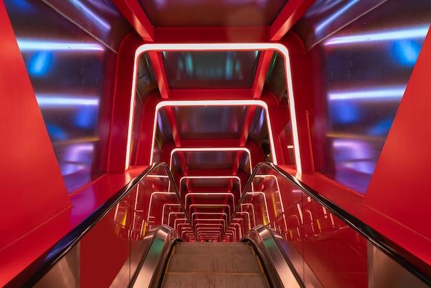 Passage circulaire escalator avec lumière rouge