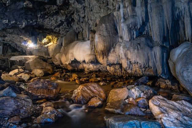 Passage de grottes avec de belles stalactites en thaïlande (grotte de tanlodnoi)