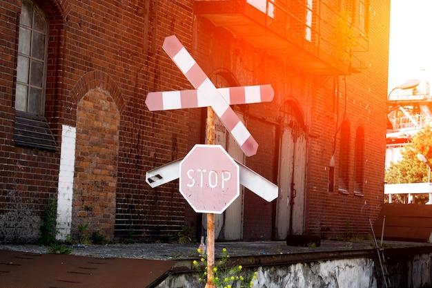Passage à niveau non gardé. panneaux d'arrêt. conduite et passage interdits