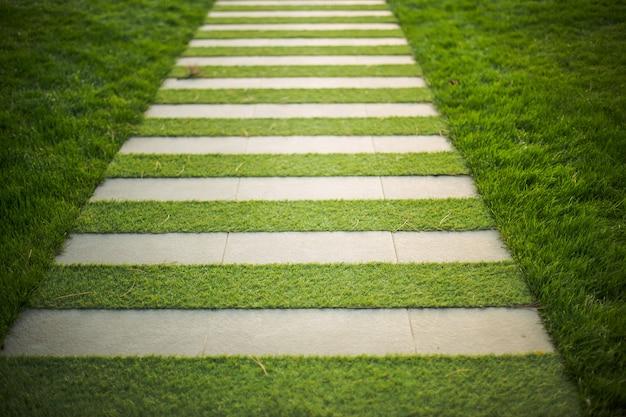 Passage pour piétons en béton et en herbe.