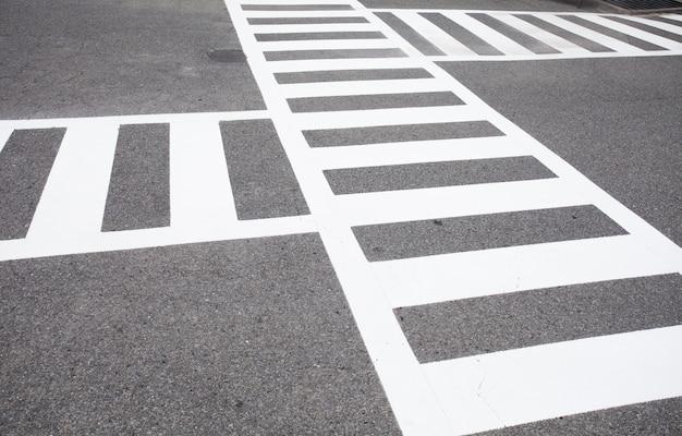 Passage pour piétons et panneau de signalisation sur la route