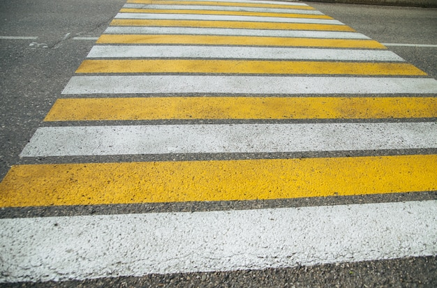 Passage pour piétons piétons dans la ville pour la sécurité des personnes qui traversent la route.