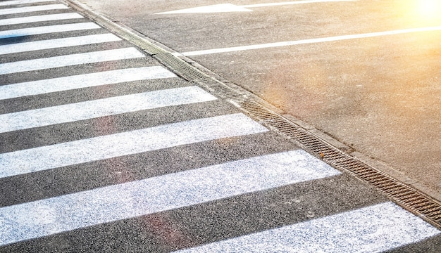 Passage pour piétons sur la route pour la sécurité. passage pour piétons dans la rue, photo de l'industrie des transports et d'import logistique