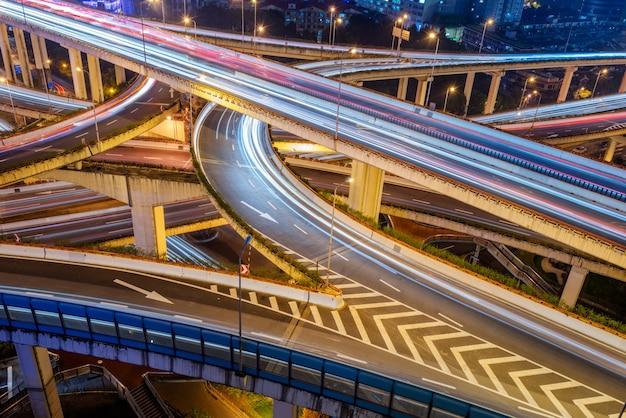 Passage supérieur de shanghai à la nuit