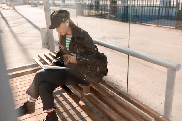 Passager assis sur un banc de gare vue haute
