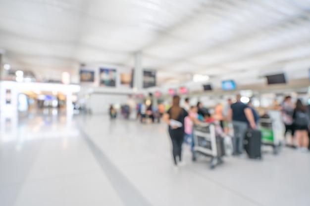 Passager au terminal de l'aéroport